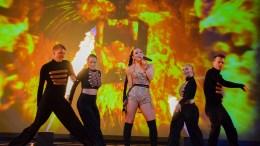 """JUNGELFEST: Raylee inviterte til fest i jungelen da hun fremførte låta """"Wild"""" under delfinalen i Melodi Grand Prix på Fornebu i Oslo lørdag. Foto: Esben Holm Eskelund"""