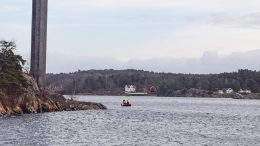 AVDØD IDENTIFISERT: Det ble søkt etter en savnet mann i sjøen ved Tromøybroa i starten av desember. Han er nå bekreftet funnet omkommet. Arkivfoto