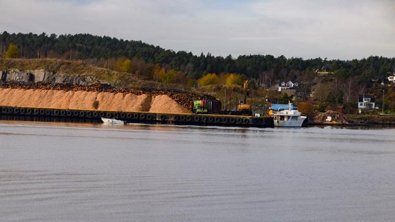 STØYTRØBBEL: Lasting av tømmer til langt på natt på Pinnen på Eydehavn skaper reaksjoner. Arkivfoto