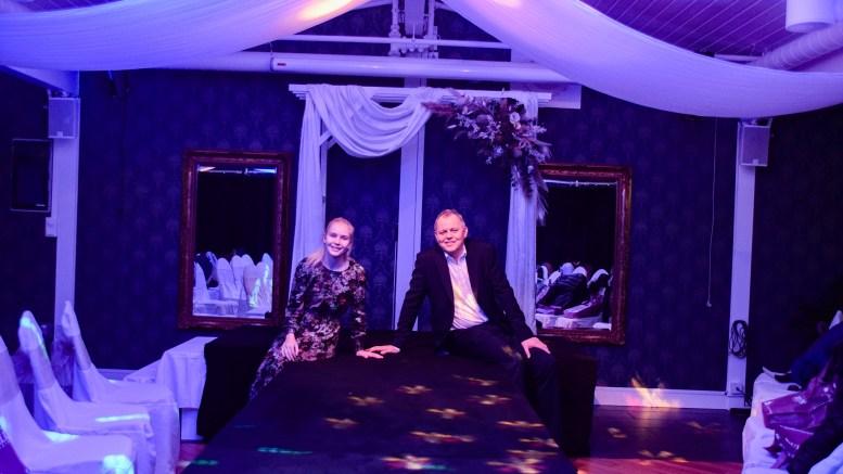BRUDEMESSE: Farmen-kjendis Amalie Snøløs var vertinne på Arendal Herregaards brudemesse søndag. Her sammen med hotellets Oddgeir Frette på bridewalken. Foto: Esben Holm Eskelund