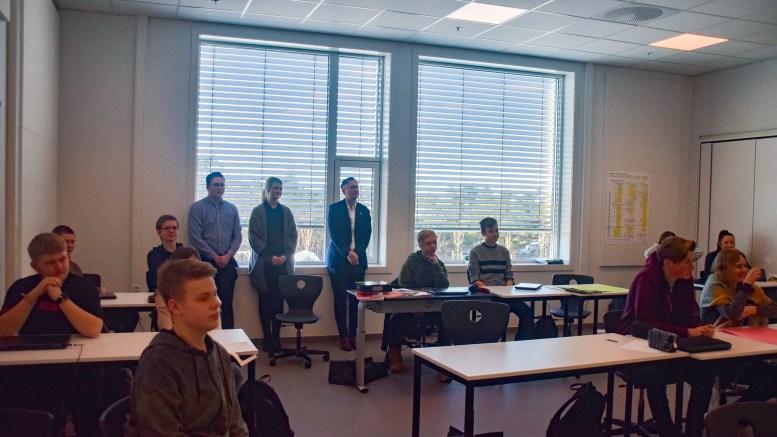 FLUE PÅ VEGGEN: Ordfører Robert C. Nordli (Ap) og to studenter i statsvitenskap fulgte elevforedrag i samfunnsfag på 10.-trinn sist uke. Foto: Esben Holm Eskelund