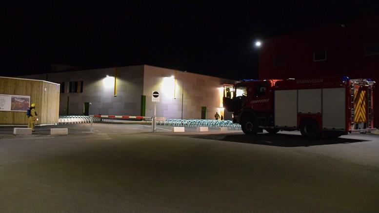 BRANNALARM: Brannvesenet rykket ut til Roligheden på brannalarm fra Tromøyhallen. Foto: Esben Holm Eskelund