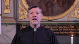 DIGITAL KIRKE: Sogneprest Lars Peder Holm i Tromøy menighet spilte inn i andakt fra kirkerommet i Tromøy kirke. Foto: Youtube /Arne Homme