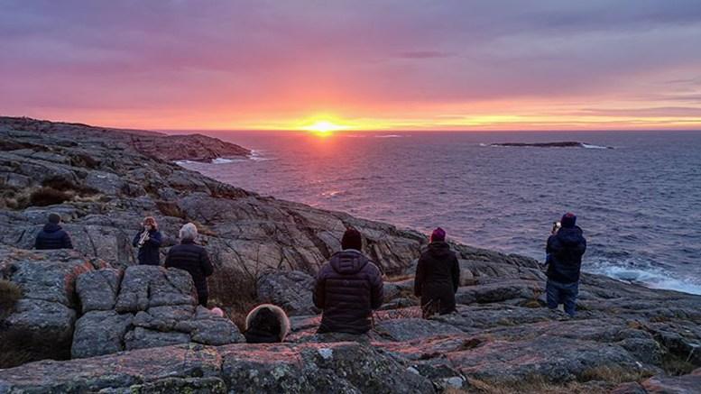 PÅSKEMORGEN: Solen rinner over Tromøy og Raet nasjonalpark på Spornes 1. påskedag. Foto: Jarle Kvam