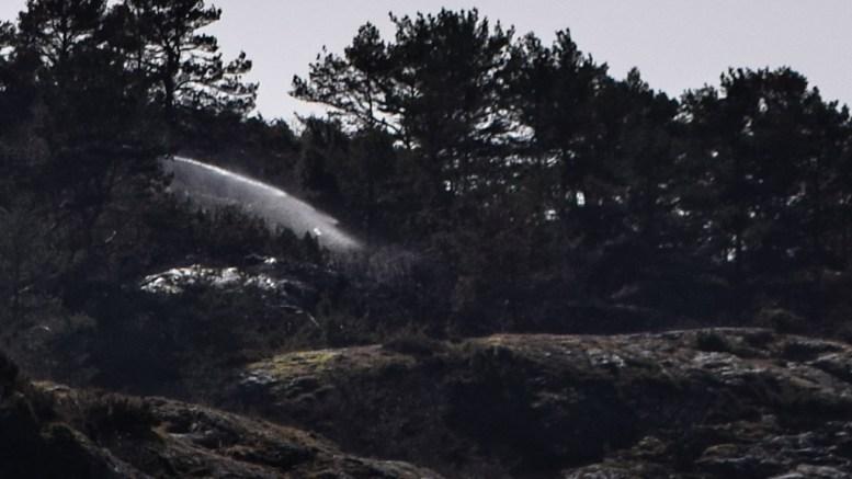 ETTERSLOKKING: Brannvesenet var torsdag på Merdø og slukket ulmebrann i terrenget, etter bråtebrann tidligere denne uka. Foto: Esben Holm Eskelund