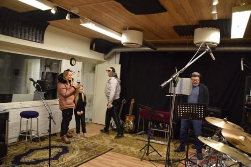 I STUDIO: Prosjektleder Vibeke Dehli i Tromøy fritidsforum (t.v.) i studio da kateket Christoffer Garcia de Presno rapper for produsent Kenneth Sandåker. Foto: Lokalavisen Geita