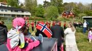 17. MAI 2020: Uten skolekorpsets enorme innsats over hele Tromøy, hadde det blitt en gråere nasjonaldag. Her er det innbyggerne på Skare, som feirer med skolemusikkorpset. Foto: Tom Terjesen
