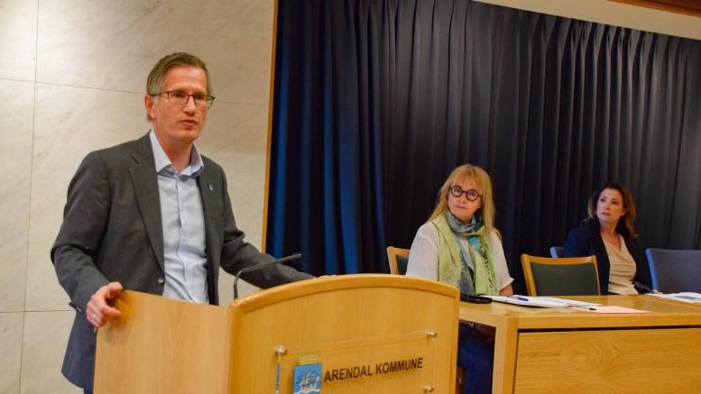 PRESSEKONFERANSE: – Vi ruster oss for orkan, og håper at det blir en lett bris, sier ordfører Robert C. Nordli (Ap) i Arendal kommune. Foto: Esben Holm Eskelund