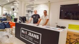OPPSTART I PLUSS: Morten Krystad (t.v.) og Morten Gundersen kan se tilbake på en suksessfylt oppstart av klesbutikken No 1 Jeans-Store på Tromøytunet. Arkivfoto