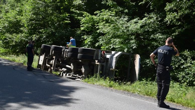 UTFOR VEIEN: En lastebil havnet i grøfta ved Hefte-krysset torsdag formiddag. Foto: Esben Holm Eskelund