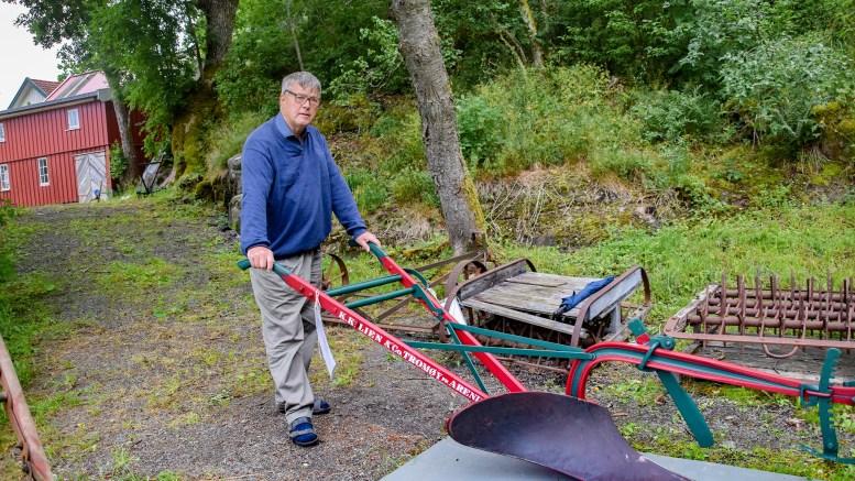 RESTAURERING: Torstein Lien har brukt mye tid på å restaurere originale K.K.Lien-ploger denne våren. Foto: Esben Holm Eskelund