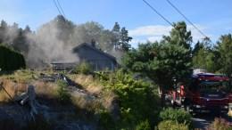 BOLIGBRANN: Det røyk godt fra eneboligen i Rådyrveien, der et fjernstyrt helikopter skal ha eksplodert under ladring. Foto: Esben Holm Eskelund