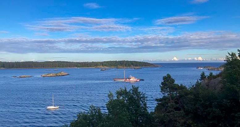 FIKK TRØBBEL: Seilbåten LT Greyhound skal ha gått på grunn mellom øyer sør for St. Helena og Gjesøya onsdag kveld. Foto: Håvard Iuell-Heitmann