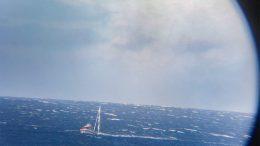 KREVENDE FORHOLD: Søndag ble det for krevende for denne seilbåten i Skagerrak. Flere fulgte med fra land da båten ble loset til land forbi Øyna av mannskap fra RS Inge Steensland. Foto: Thor Erling Mikkelsen