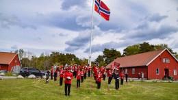 17.-MAIPYNTET: Tidligere Hove-vaktmester sørget for å rigge Hove-leiren med flagg på nasjonaldagen. Foto: Esben Holm Eskelund