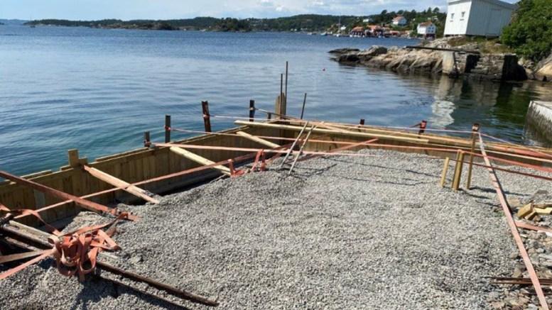 BLE STOPPET: Et anonymt tips til kommunen førte til stans i byggearbeider i Ytre Revesand og krav om retting av forholdet. Foto: Arendal kommune