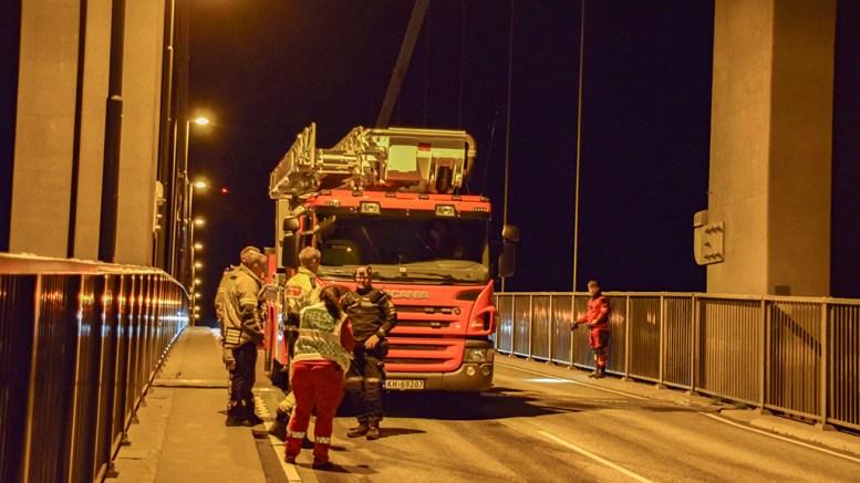 ETTERSØKING: Trafikken over Tromøybroa ble onsdag kveld dirigert, mens nødetatene jobbet på stedet i forbindelse med en ettersøksaksjon. Foto: Esben Holm Eskelund