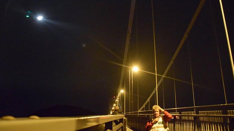 GJENOPPTAR SØKET: Lørdag kveld ble en massiv redningsaksjon satt i gang ved Tromøybroa. Søndag formiddag gjenopptas letingen. Foto: Esben Holm Eskelund