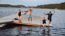 HOPPET I HAVET: Raet nasjonalpark, Havforskningsinstituttet og Arendal Undervannsklubb hoppet i sjøen for å markere beløpet som er samlet inn til opphenting av tapte teiner fra havets dyp. Foto: Esben Holm Eskelund