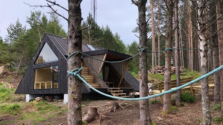 DAGSTURHYTTE: Agder fylkeskommune vil bygge slike hytter i alle kommuner i fylket, men ønsker en egen Agder-modell. Her dagsturhytta i Stad. Foto: Atle Skrede / Vestland fylkeskommune