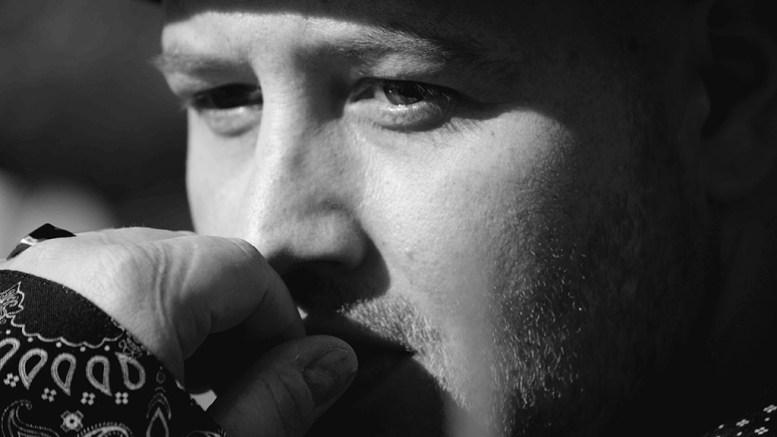 TAKKER TROMØY: Artisten Bjørn Olav Edvardsen føler behov for å si takk til Tromøy-samfunnet for støtten fra det han kaller hjem. Foto: Marianne M. Hovden