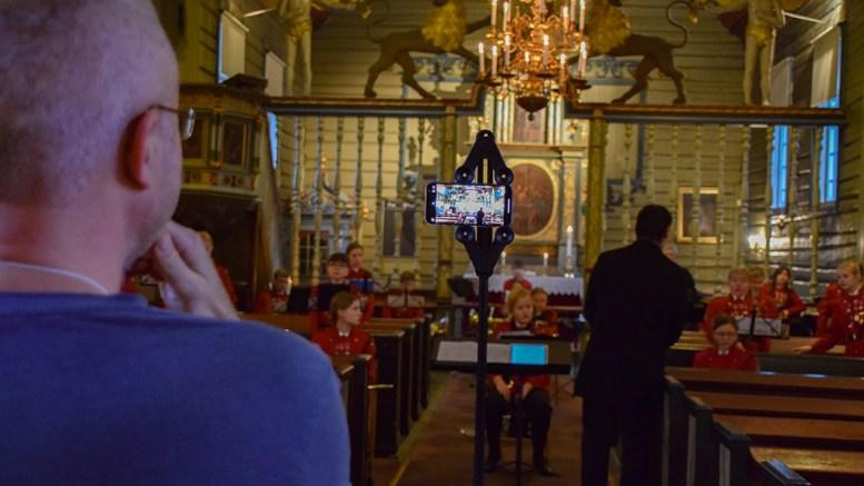 DIGITAL JULAFTEN: Kateket Christopher de Presno har regi på innspillingen av digitalgudstjenesten fra Tromøy, som skal gi julestemning i koronaåret. Foto: Esben Holm Eskelund