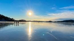ISLAGT TROMØYSUND: Solid sjøis åpnet alternative turveier på Tromøysund søndag. Foto: Esben Holm Eskelund