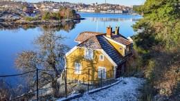 MAAGEREIRET: Huseier Arne Scott har ønske om at huset der hans berømte farfar skrev på 1900-tallet skal fremstå ordentlig. Planen er å gjøre rehabiliteringen av taket på gamlemåten. Foto: Esben Holm Eskelund