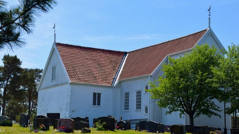 GRØFTEGRAVING: Et nytt oppvarmingsanlegg og ny vannforsyning krever inngrep i et område som kan avdekke automatisk fredede kulturminner på kirkegården ved Tromøy kirke. Arkivfoto