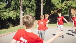 HOPP FOR HJERTET: Nasjonalforeningen for folkehelsen vil ha norske elever til å hoppe tau for folkehelsen. Pressefoto
