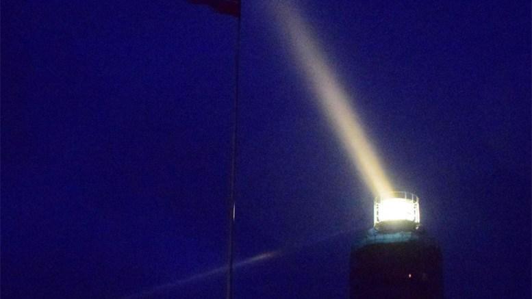 LYSSETTES: Store Torungen deltar torsdag kveld i en direktesendt minnemarkering for tapte liv på sjøen i fjor. Foto: Esben Holm Eskelund