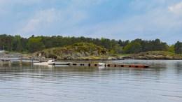 BØR FJERNES: Nasjonalparkforvalter Jenny Marie Gulbrandsen mener flytebryggeanlegget på Hoveodden bør fjernes, og at det anlegges et universelt utformet anlegg ved Strandhuset. Foto: Esben Holm Eskelund