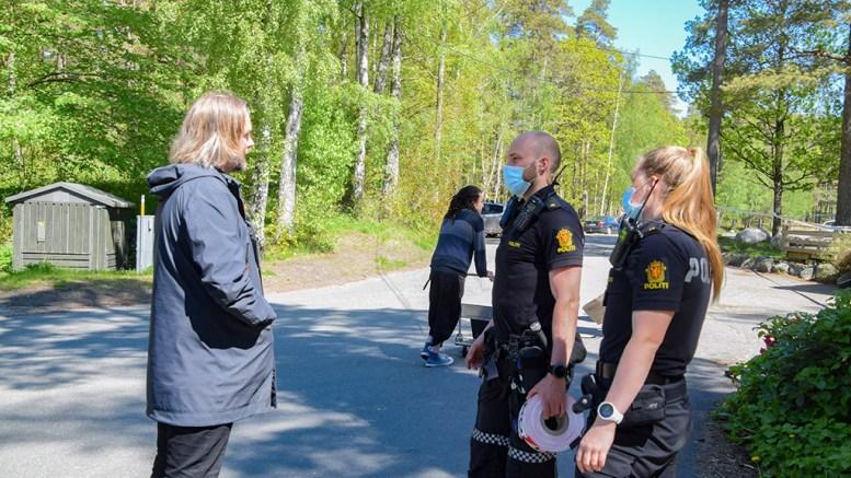 KRIPOS PÅKOBLET: Mandag skriver Agderposten at Kripos er koblet inn i etterforskningen av skadeverket på Canvas Hove. Her daglig leder Marius Berge Amundsen i samtale med politiet på stedet fredag. Foto: Esben Holm Eskelund