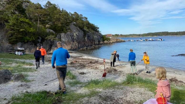 STRANDSONERAUSHET: Et eksempel til etterfølgelse fra Revesand vel, som har gjort stranda i Bukkviga innbydende for allmennheten. Foto: Rævesand Vel / Facebook