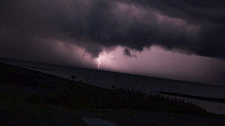LYN OG TORDEN: Meteorologisk institutt har for aller første gang varslet om mye lynaktivitet. Her et tidligere tordenvær i Skagerrak sett fra Spornes. Foto: Esben Holm Eskelund