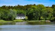 SANDÅ: Denne gården på innsiden av Tromlingene skal ha en kjent, over 700 år gammel historie. Foto: Esben Holm Eskelund