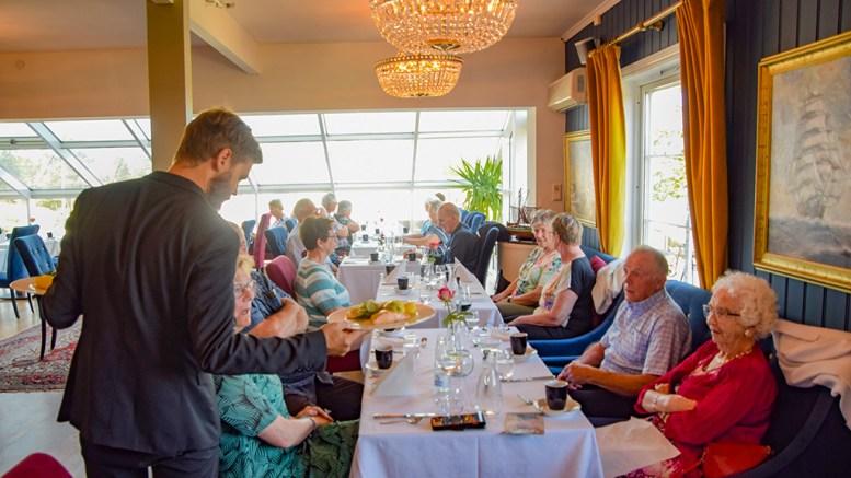 STATSBETALT MIDDAG: Tromøy helselag arrangerte middagsselskap ved Arendal Herregaard på vegne av Arendal kommune, som et tiltak for vaksinerte, hjemmeboende eldre. Foto: Esben Holm Eskelund