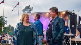 ERNA OG BJARNE: Statsminister Erna Solberg (H) og DDE-vokalist Bjarne Brøndbo i trivelig samtale før hun skulle få all rairaien han hadde å by på fra scenen på Tromøyfestivalen. Foto: Esben Holm Eskelund