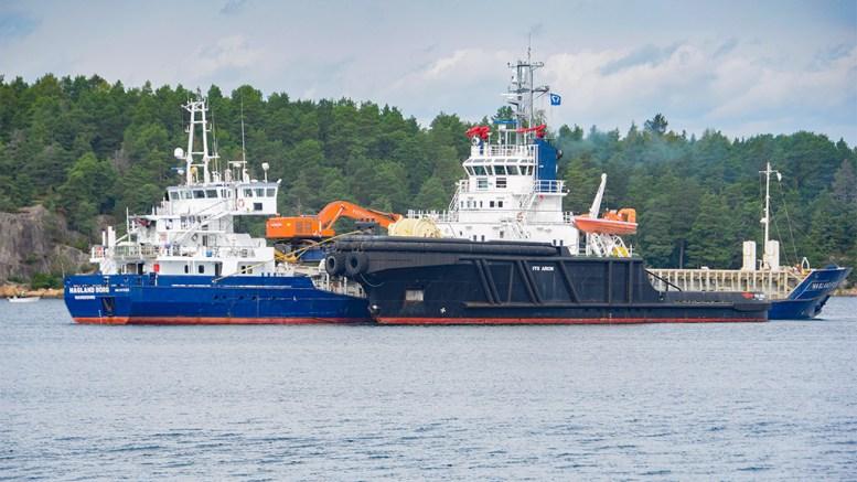 HAVARIST VED LAND: Skipet Hagland Borg fikk trøbbel utenfor Grimstad natt til fredag. Fredag er det slept inn i le av Tromøy ved Hastensund. Foto: Esben Holm Eskelund