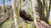 LENSÅSHULA: Ved foten av åsen finner du huler i fjellet. Foto: Esben Holm Eskelund