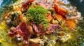 MAT FRA HAVET: Det er ikke bare fisk som duger i en fiskesuppe. Du kan også ta i bruk alger og tang for å gi måltid et ekstra løft. Foto: Kokken Geir