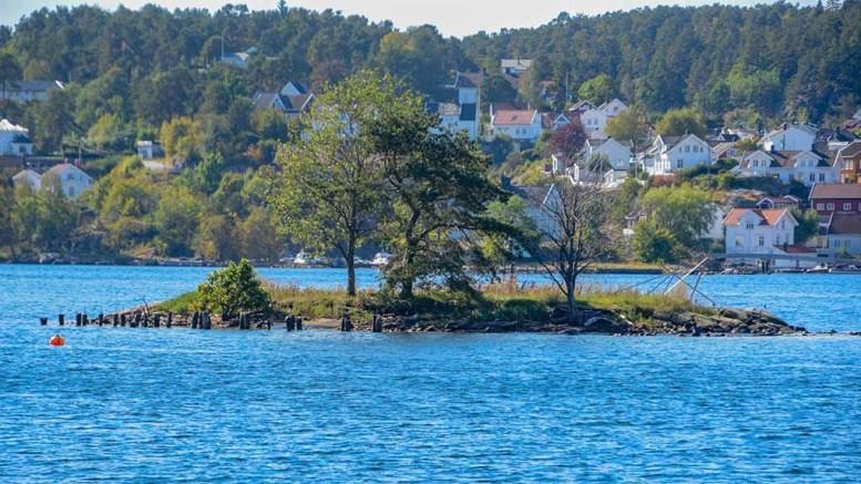 FLADESKJÆR: Flytebrygga Arendal kommune krevde fjernet ligger ikke lenger ved Fladeskjær. Foto: Esben Holm Eskelund