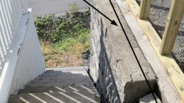 GARASJEFLOKE: Tilbygget på garasjen krøp i overkant mye nær eiendomsgrensen. Det utløste ulovlighetsvarsel til kommunen. Foto: fra varselet