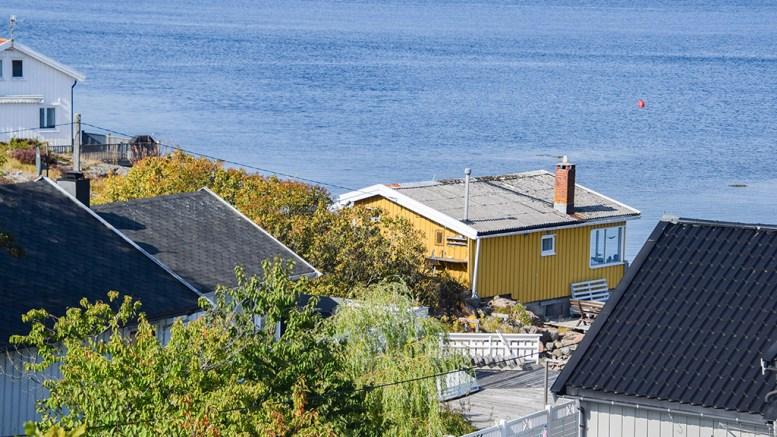 ØYNA-HYTTE: Arendal kommune gir tillatelse til å rive den eksisterende hytta og å sette opp et større erstatningsbygg med tilhørende brygge og plattinger - til tross for at naboene protesterer. Foto: Esben Holm Eskelund