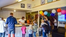 JUBILEUMSFEIRING: Fabakken barnehage bød på kake og mimring da den feiret 30 år torsdag. Foto: Esben Holm Eskelund