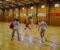 HÅNDBALLDYST: Fotballguttene mente de kan slå håndballjentene i håndball når som helst. Jentene utfordret dermed guttene, som modig stilte opp til oppgjør i Tromøyhallen. Foto: Esben Holm Eskelund