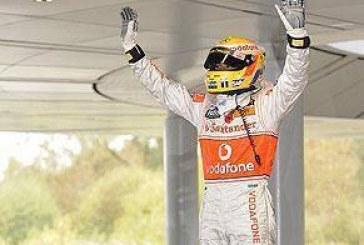 Lewis Hamilton cita Ayrton Senna em seu discurso da vitória na fábrica da McLaren