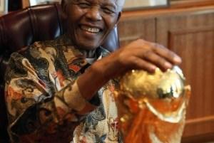 Fifa exibe troféu da Copa a Mandela antes de giro pela África do Sul