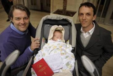 Em caso inédito no mundo, casal gay registra filho na Argentina