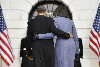 Com abraços, Michelle Obama quer conquistar eleitores indecisos